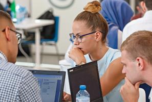 Estudantes e quadros na liderança de empresas